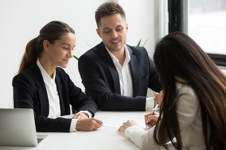 Recursos humanos contratando personal